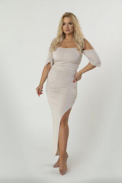 Dlhé šaty s odhalenými ramenami