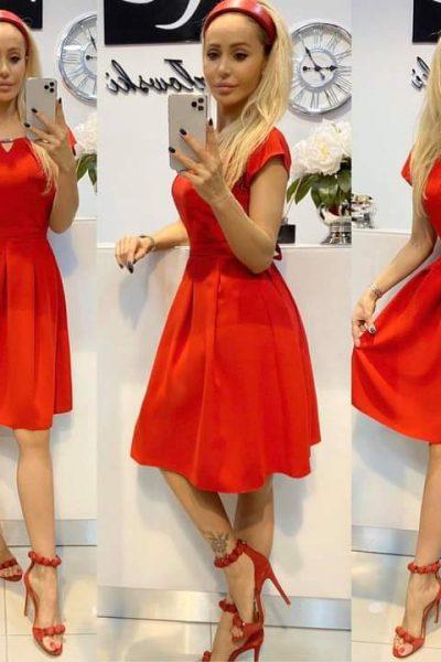 Jednoduché áčkové šaty s opaskom – červené