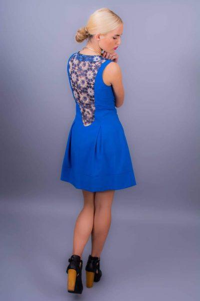 Krátke šaty s krajkovým detailom na chrbte